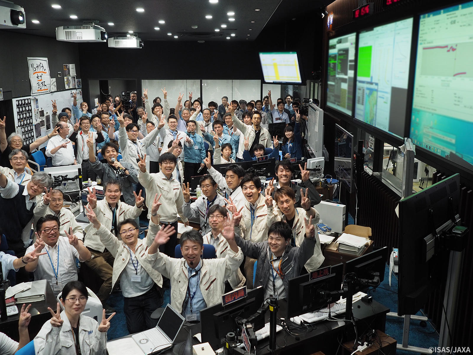 This mission was taken on by the combined efforts of staff at JAXA and the manufacturers. When the touchdown succeeded, the control room was filled with applause. The group photo taken immediately afterward shows everyone's expressions filled with both joy and relief.