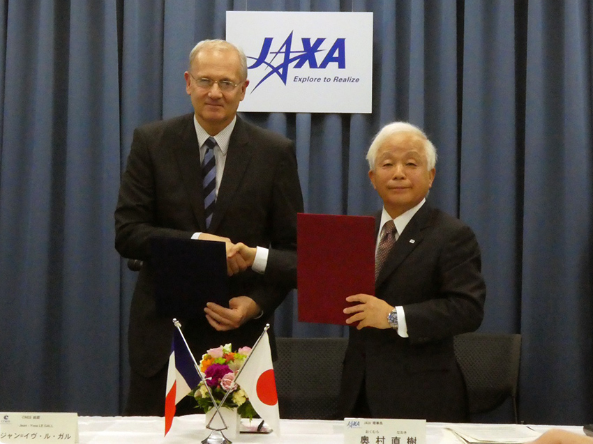 JAXA President Naoki Okumura (right) and CNES President Jean-Yves LE GALL  (left) shake hands after the signing ceremony.