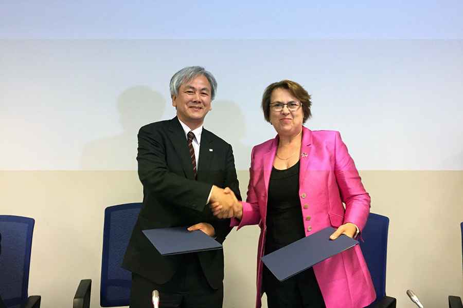 Signing ceremony of KiboCUBE programme extension during UNISPACE+50 (left: Mr. Masazumi Miyake, Director for International Relations and Research Department, right; Ms. Simonetta DiPippo, Director for UNOOSA)
