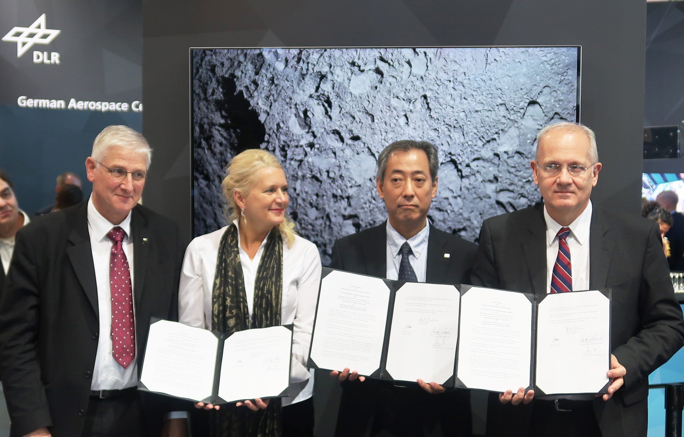http://global.jaxa.jp/press/2018/10/images/20181003_mmx.jpg